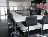 bold-black-and-white-kitchen