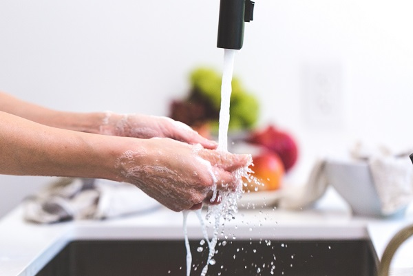 hands-handwashing-kitchen-sink